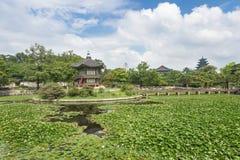Pagoden, brug en bomen bij Gyeongbokgung-Paleis stock fotografie