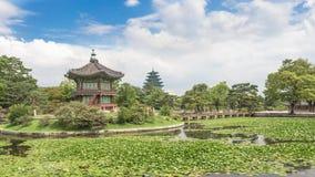 Pagoden, brug en bomen bij Gyeongbokgung-Paleis Stock Afbeelding