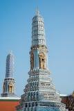 Pagoden i Wat Pra Kaew, den storslagna slotten, blå himmel, Thailand Fotografering för Bildbyråer
