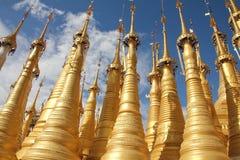 Pagoden med 1054 stupas near inlesjön | Inle sjö, Myanmar Royaltyfri Bild
