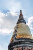 Pagoden-Pagode und Buddha-Status bei Wat Yai Chaimongkol Lizenzfreies Stockfoto