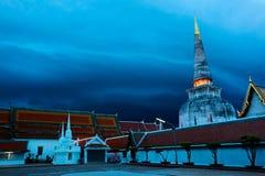 Pagoden tände på natten på en tempel i Thailand Arkivfoton