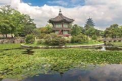 Pagoden, tuin, vijver bij Gyeongbokgung-Paleis royalty-vrije stock foto's
