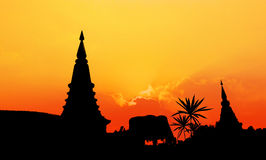 Pagodenschattenbild bei Sonnenuntergang stockfotografie