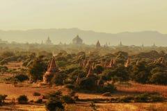 Pagoder i Myanmar under solnedgång Royaltyfri Foto