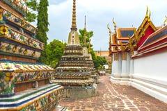 Pagoder och byggnader på den Wat Pho Buddhist templet, Bangkok Arkivbilder