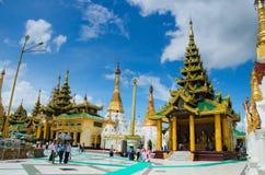 Pagoder och tempel på den Shwedagon pagoden Arkivfoto