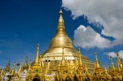 Pagoder omringar den förgyllda stupaen av den Shwedagon pagoden Arkivfoto