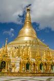 Pagoder omringar den förgyllda stupaen av den Shwedagon pagoden Royaltyfri Bild