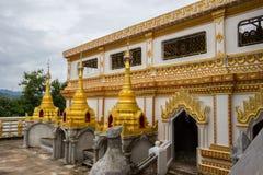 Pagodes dourados pequenos em torno do chedipagoda de Puttakaya no distrito de Sangkhlaburi, Kanchanaburi, Tailândia Fotografia de Stock Royalty Free
