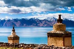 Pagodes na costa norte do lago de Tangri Yumco Fotos de Stock