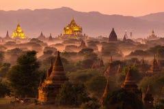 Pagodlandskap på skymning i Bagan Arkivbilder