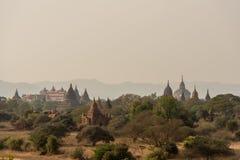 Pagodlandskap slätten av Bagan, Myanmar royaltyfria bilder