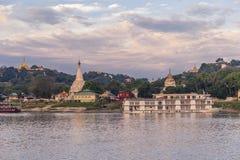Pagody błyszczą na spokojnych riverbanks Irrawaddy w Myanmar obraz royalty free
