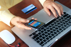 Pagos móviles, hombre que usa pagos móviles y la tarjeta de crédito para las compras en línea Fotos de archivo libres de regalías