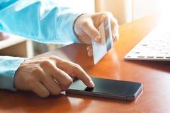 Pagos móviles, usando la tarjeta del smartphone y de crédito para las compras en línea Imagenes de archivo