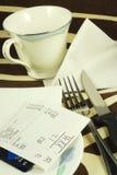 Pague la cuenta de la cena Imágenes de archivo libres de regalías