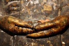 Pague la imagen de Buda del ion de las monedas de la manera budista de la adoración Imágenes de archivo libres de regalías