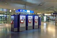 Pague a máquina por bilhetes de trilho no aeroporto Zurique Fotografia de Stock