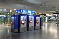 Pague a máquina por bilhetes de trilho no aeroporto Zurique Fotos de Stock