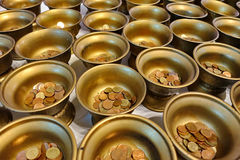 Pague moedas em 109 bacias da monge na maneira budista da adoração Imagem de Stock