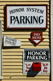 Pague o sinal do estacionamento e a caixa de dinheiro vermelha na parede Fotografia de Stock