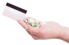 Pague píldoras o la medicación con la tarjeta de crédito Foto de archivo libre de regalías