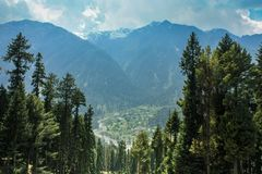 Pahalgam-Dorf, wie von Betaab-Tal gesehen Stockfotografie