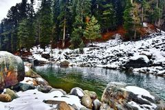 pahalgam lidder реки во время сезона зимы стоковые изображения