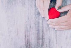 Pahang umysłu dostępna miłość od czerwonych serc na walentynki ` s dniu Pืtyły wsiada Obrazy Royalty Free