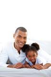 Pai afectuoso e sua filha que têm o divertimento Imagens de Stock Royalty Free
