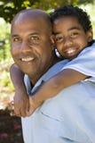 Pai afro-americano e filho que passam o tempo junto Imagens de Stock