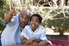 Pai afro-americano e filho que passam o tempo junto fotografia de stock