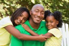 Pai afro-americano e suas crianças imagens de stock royalty free