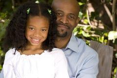 Pai afro-americano loving e sua filha Imagens de Stock