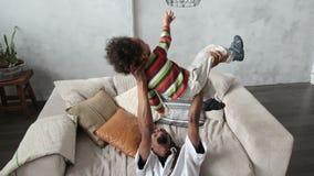 Pai afro-americano loving que levanta seu filho acima video estoque