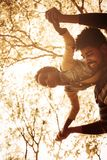 Pai afro-americano que joga com filha Fotografia de Stock Royalty Free