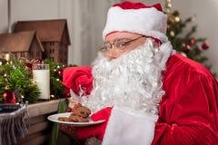 Pai alegre Frost que earing o alimento doce em casa Imagem de Stock Royalty Free