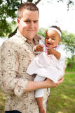 Pai caucasiano e sua menina africana Fotografia de Stock