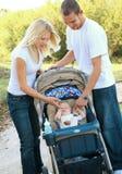 Pai caucasiano novo que joga com filho do bebê imagens de stock royalty free