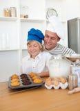 Pai Charming e seu cozimento do filho em casa Imagem de Stock