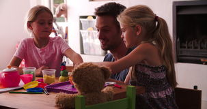 Pai And Children Playing com modelagem de Clay In Bedroom video estoque