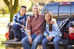 Pai And Children Sitting no caminhão no feriado de acampamento Foto de Stock Royalty Free