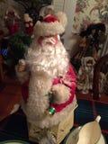 Pai Christmas de Grinchy com cara vermelha e os olhos snicky foto de stock