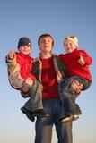 Pai com as crianças aprovadas do dedo Imagens de Stock Royalty Free