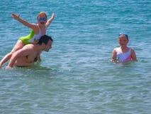 Pai com as crianças no mar imagem de stock