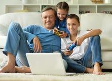 Pai com as crianças que jogam jogos de computador Fotos de Stock