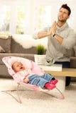 Pai com bebê de grito fotografia de stock royalty free