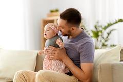 Pai com bebê pequeno em casa imagens de stock royalty free
