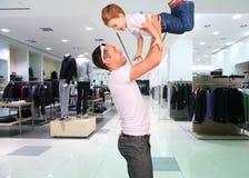 Pai com a criança nas mãos na loja fotos de stock